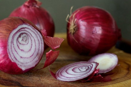 eeat-more-red-onion-it-kills-cancer-cells-stops-nose-bleeds-protects-the-heart